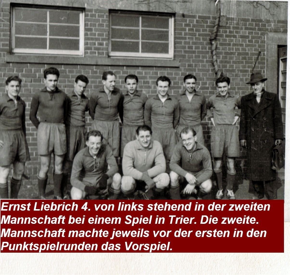 Ernst Liebrich mit Mannschaft bei einem Spiel in Trier